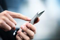 Mens die mobiele slimme telefoon met behulp van Royalty-vrije Stock Afbeelding