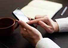 Mens die mobiele smartphone gebruiken Royalty-vrije Stock Afbeeldingen