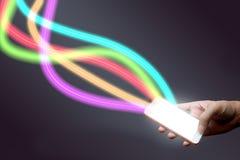 Mens die mobiele telefoon en vezel houden optisch licht netwerk royalty-vrije stock foto's