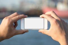 Mens die mobiele telefoon in het park met behulp van als camera Stock Afbeeldingen