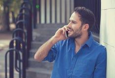 Mens die mobiele telefoon houden die in openlucht telefoneren royalty-vrije stock fotografie