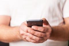 Mens die Mobiele Telefoon met behulp van stock foto