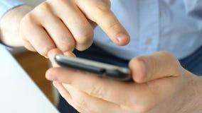 Mens die Mobiele Telefoon met behulp van