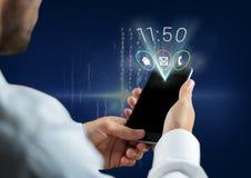 Mens die mobiele telefoon met diverse toepassing met behulp van royalty-vrije stock foto