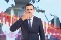 Mens die mond behandelen met palm als niet-vertelt geheim gebaar royalty-vrije stock fotografie