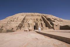 Mens die naar de ingang van Grote Tempel van Ramses II in Abu Simbel, Egypte lopen royalty-vrije stock foto's