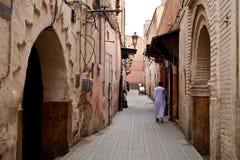 mens die naar huis in het oude stadsdeel lopen van de stad stock fotografie