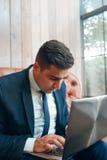 Mens die naar informatie online op zoek zijn royalty-vrije stock afbeelding