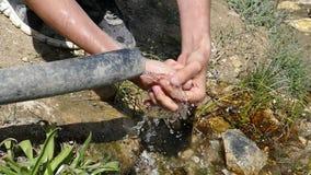 Mens die natuurlijk fontein en water, langzame motie drinken, stock videobeelden