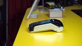 Mens die NFC-technologie op slimme telefoon gebruiken aan loonsrekening Betaal voor aankopen gebruikend NFC stock videobeelden