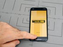 Mens die nieuwe iphone Apple X 10 met het geld van de Western Union houden trans Stock Fotografie