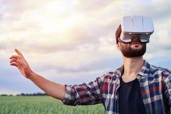 Mens die omhoog in 3D glazen kijken Stock Foto