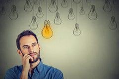 Mens die omhoog met idee gloeilamp kijken boven hoofd Royalty-vrije Stock Fotografie