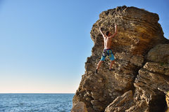 Mens die omhoog op berg beklimt royalty-vrije stock fotografie