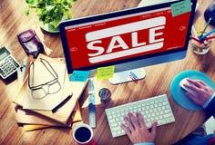 Mens die online met Computer winkelen Stock Foto's