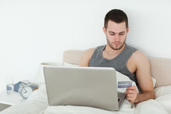 Mens die online winkelt Stock Afbeelding