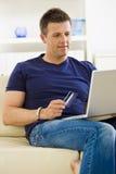 Mens die online winkelt Royalty-vrije Stock Afbeelding
