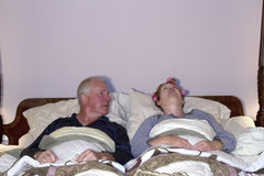 Mens die Ontzet Vrouw in Bed bekijken Royalty-vrije Stock Afbeelding