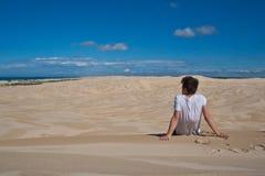 Mens die op alleen duinen wordt gezeten Royalty-vrije Stock Foto's