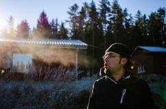 Mens die op bevroren gebied lopen royalty-vrije stock fotografie