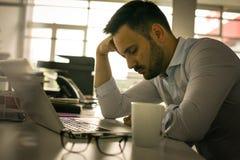 Mens die op bureau dromen Bedrijfs mens in bureau Stock Foto