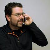 Mens die op cellphone spreekt royalty-vrije stock foto's