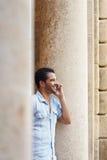 Mens die op cellphone spreekt Royalty-vrije Stock Fotografie