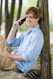 Mens die op celtelefoon in openlucht spreekt Royalty-vrije Stock Fotografie