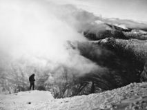 Mens die op de bergen letten royalty-vrije stock foto's