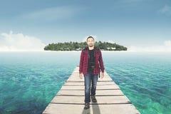 Mens die op de brug naar eiland lopen Royalty-vrije Stock Fotografie