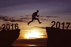 Mens die op de heuvel tegen 2017 springen Royalty-vrije Stock Afbeeldingen