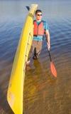 Mens die op de rivier in een kajak reizen Stock Foto