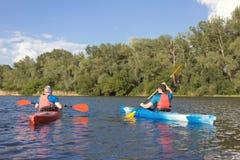 Mens die op de rivier in een kajak reizen Royalty-vrije Stock Foto