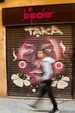 Mens die op de straat van Barcelona, Spanje lopen Royalty-vrije Stock Foto's