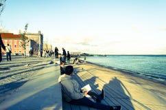 Mens die op de strandboulevard leest Royalty-vrije Stock Afbeeldingen