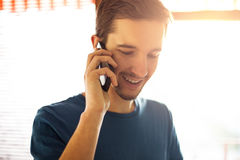 Mens die op de telefoon spreekt Royalty-vrije Stock Foto's