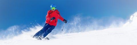 Mens die op de voorbereide helling met verse nieuwe poedersneeuw ski?t in A royalty-vrije stock afbeelding