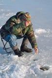 Mens die op de winter 31 vissen Stock Foto
