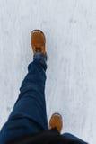 Mens die op de winterweg lopen stock afbeeldingen