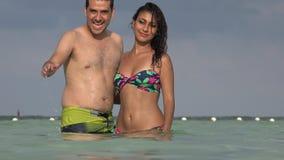 Mens die op de zomervakantie golven stock footage