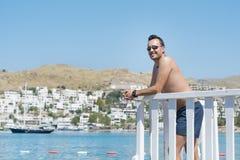 Mens die op de zomervakantie van de overzeese mening in Bodrum, Turkije genieten Stock Afbeelding