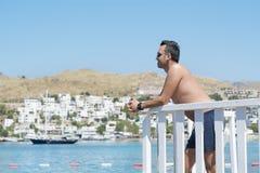 Mens die op de zomervakantie van de overzeese mening in Bodrum, Turkije genieten Royalty-vrije Stock Afbeeldingen