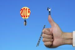 Mens die op duim omhoog met de hete luchtballon van 2015 toejuichen Stock Afbeelding
