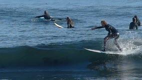 Mens die op een Golf in Langzame Motie surfen stock footage