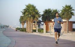 Mens die op een renbaan dichtbij strand lopen Royalty-vrije Stock Foto
