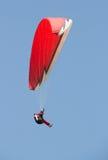 Mens die op een rood glijscherm het vliegen de avond Royalty-vrije Stock Foto's