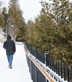 Mens die op een sneeuwweg lopen Stock Afbeeldingen