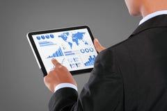 Mens die op een tablet van het aanrakingsscherm van infographics duwen Stock Foto's