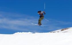Mens die op hellingen van Pradollano skitoevlucht skiô in Spanje Royalty-vrije Stock Fotografie