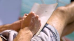 Mens die op het dagboek schrijven, die op het dek van een boot zitten stock footage